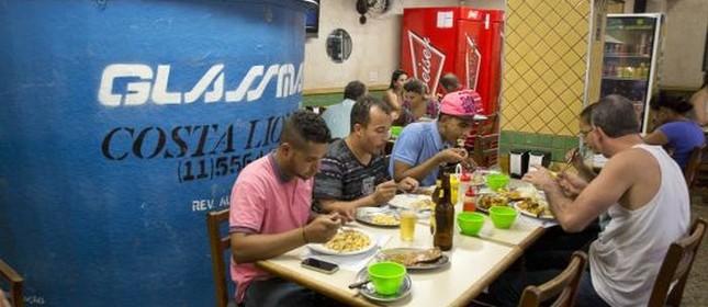 Clientes de restaurante de São Paulo dividem espaço com reservatório de água