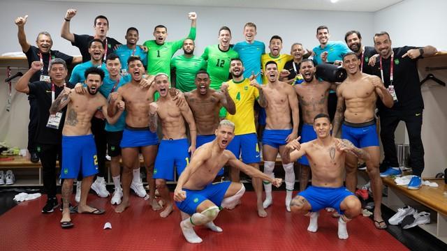 Jogadores da seleção olímpica festejam vitória sobre o Egito no vestiário