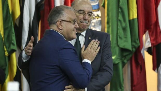 Com um abraço, Alberto Beltrame transmite cargo ao ministro da Cidadania, Osmar Terra  (Foto: José Cruz/Agência Brasil)