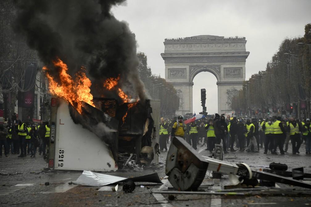 Caminhão é incendiado durante protesto dos coletes amarelos em Paris — Foto: Bertrand GUAY / AFP