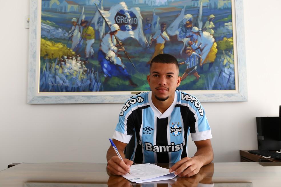 Jhonata Varela renovou contrato com o Grêmio até o fim de 2023 — Foto: Lucas Uebel/DVG/Grêmio