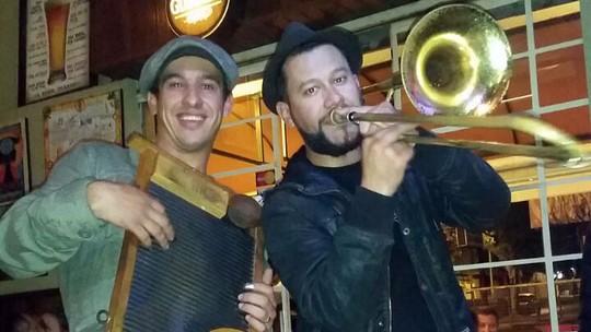 Músicos da Gringo's Washboard e Big Time, do 'SuperStar' tocam juntos em Curitiba