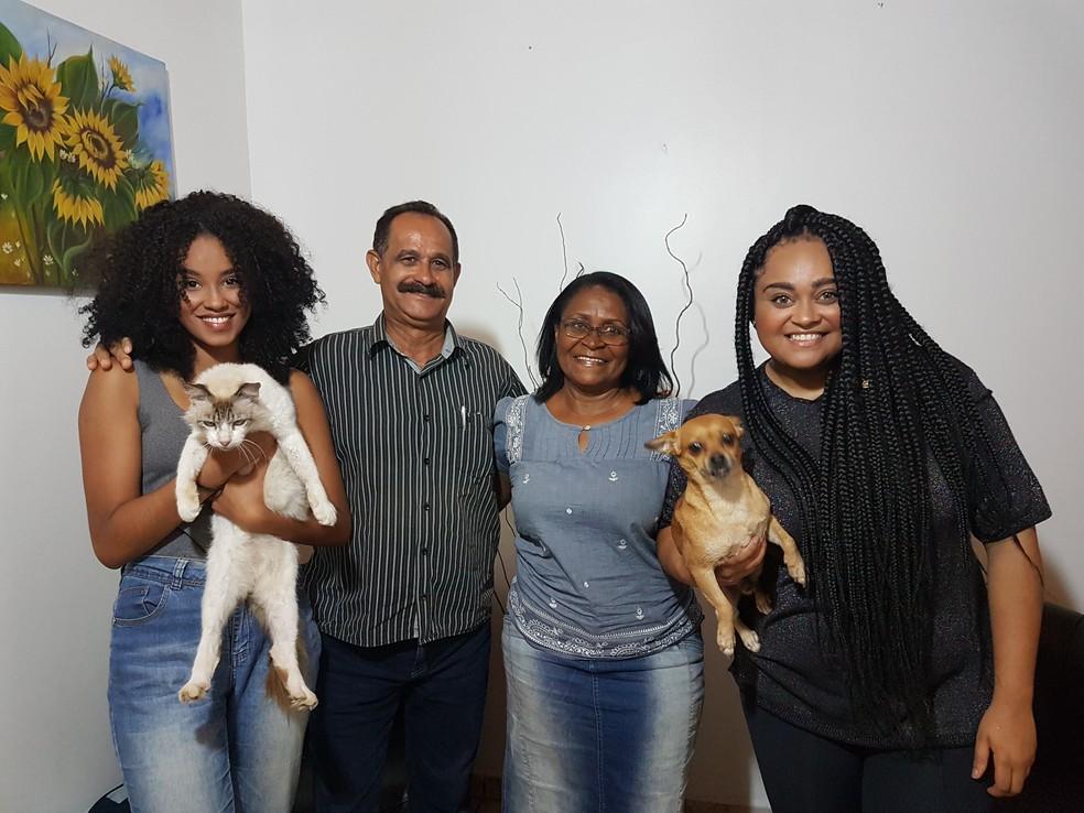 Rízia posa com a família: irmã Raíssa, o pai Seu Roque e a mãe Dona Raimunda, mais os mascotes, o gatinho Cris e o cãozinho Rambo Gleysson — Foto: Ana Clara Puñal/Gshow