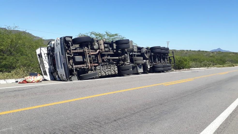 Motorista perdeu controle de caminhão após enxame de abelhas invadir cabine, segundo a PRF. Caso acontece na BR-304, no RN — Foto: PRF/Divulgação