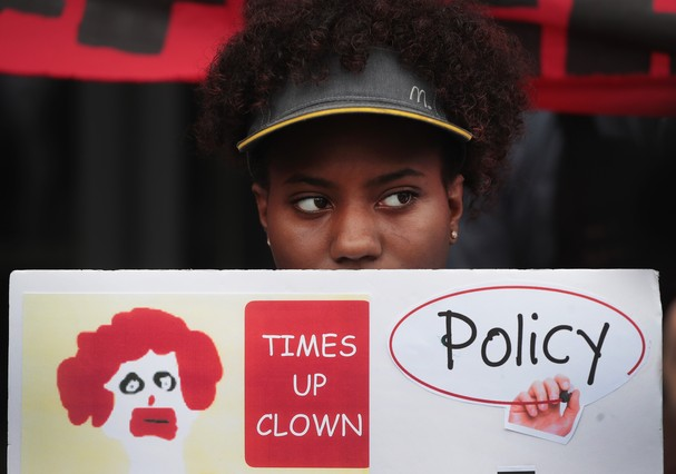 CHICAGO, IL - SEPTEMBER 18:  McDonald's workers, joined by other activists, protest sexual harassment at the fast-food chain's restaurants outside of the company's headquarters on September 18, 2018 in Chicago, Illinois. Similar actions which took place a (Foto: Getty Images)