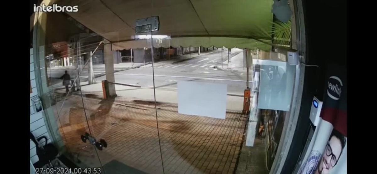 Homem é flagrado furtando cancelas de loja em Volta Redonda; veja vídeo