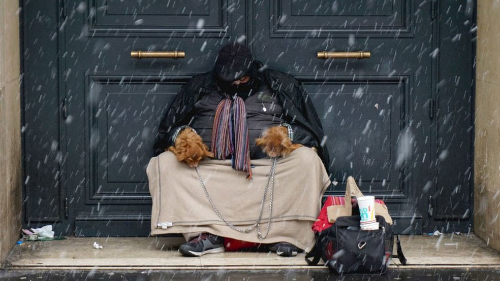 Autoridades em diferentes cidades estão preocupadas com os moradores de rua, pontenciais vítimas das baixas temperaturas (Foto: Getty Images/G1)