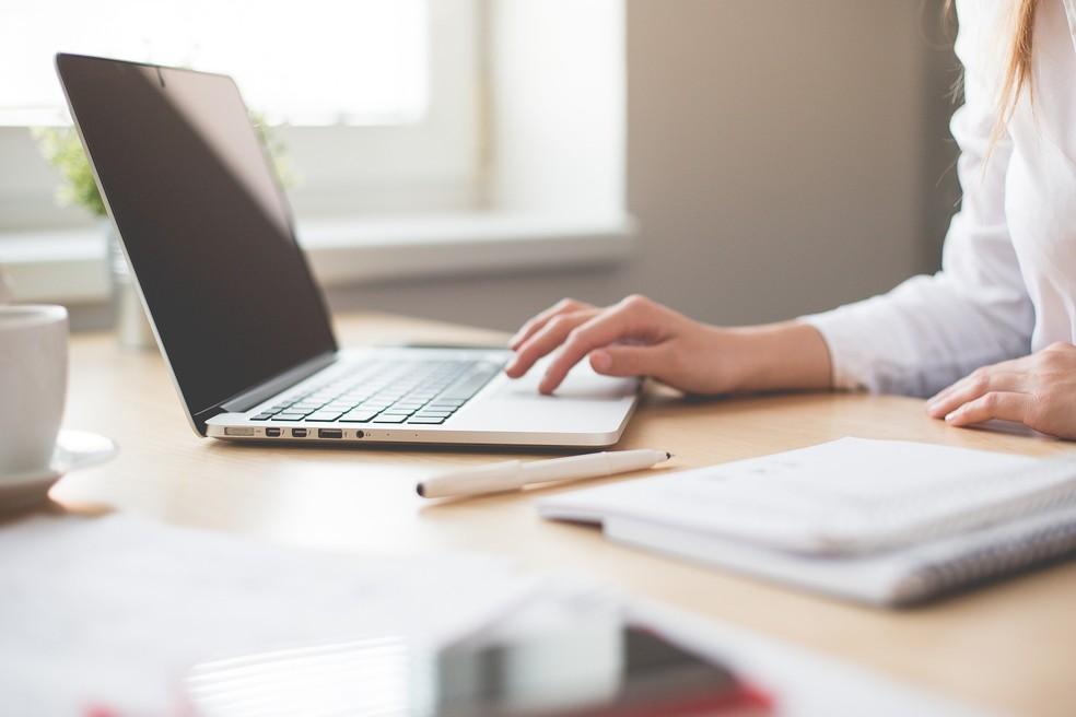 Mulher trabalhando em escritório (Foto: Pixabay/Divulgação)