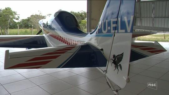 Mecânico que vive em SC constrói aeronave com motor de Fusca
