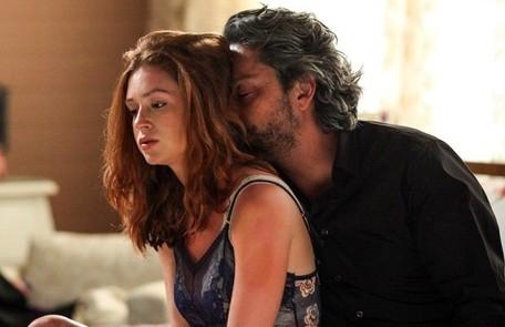 Sua família não sabe, mas José Alfredo tem uma amantes, Maria Isis (Marina Ruy Barbosa), a quem sustenta  Reprodução
