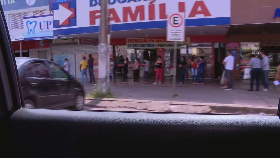 Fila de moradores de Samambaia Norte, no DF, na fila de loteria na região — Foto: TV Globo/Reprodução