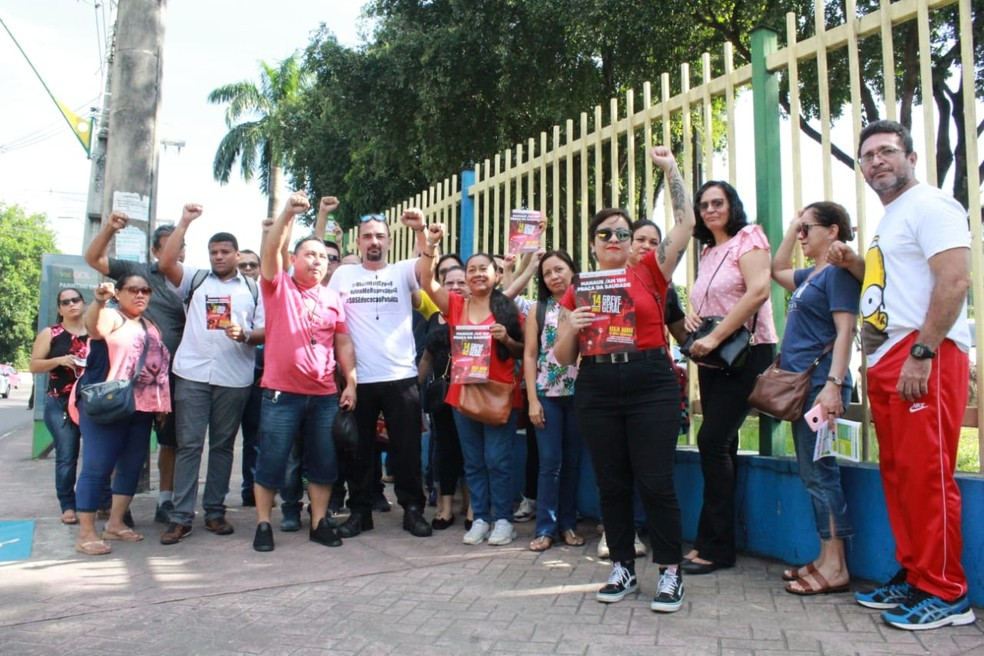 Professores da rede municipal se reuniram em frente à Prefeitura de Manaus — Foto: Eliana Nascimento/G1 AM