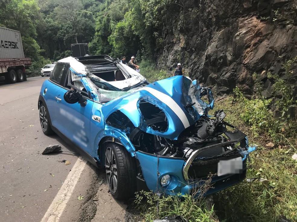 Um dos carros que o caminhão levava também ficou danificado — Foto: Altamir Oliveira / Rádio Estação