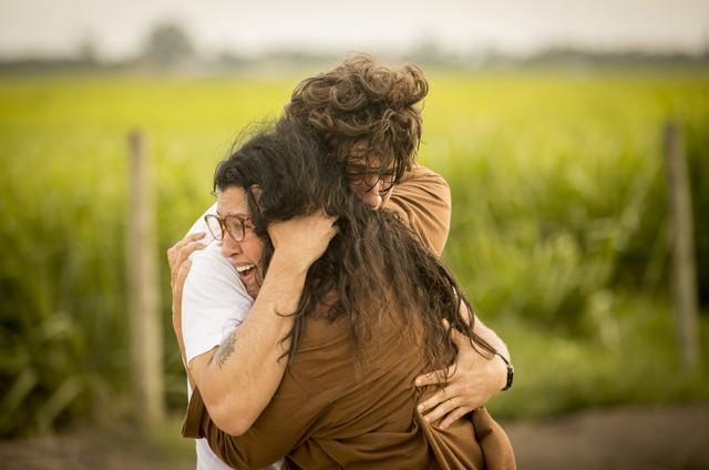 Chay Suede e Adriana Esteves em cena de 'Amor de mãe' (Foto: Reprodução)