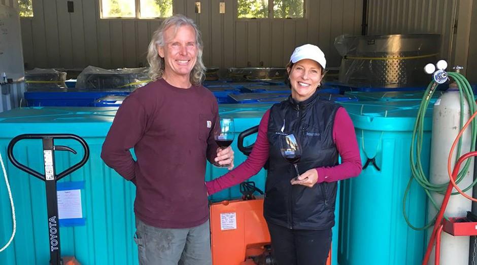 casal, vinho, maconha (Foto: Reprodução/Facebook/COWHORN Wines)