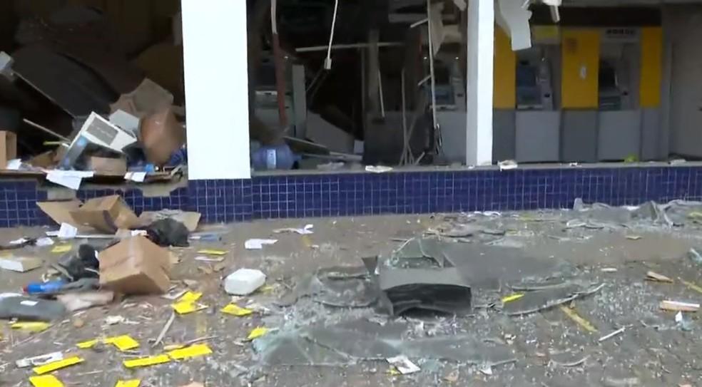 Agência bancária é explodida no bairro de Porto Seco Pirajá, em Salvador — Foto: Reprodução/TV Bahia