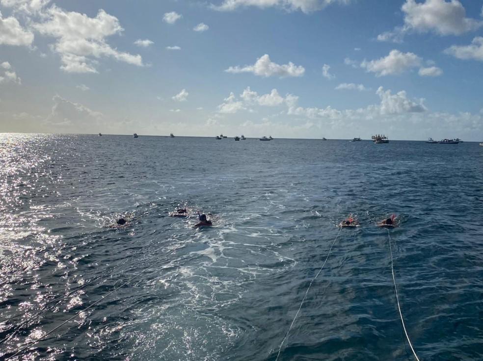 """""""Plana Sub"""" feita pelo casal foi feita por um catamarã que puxava sete pessoas por vez em Fernando de Noronha (PE) — Foto: Arquivo pessoal"""