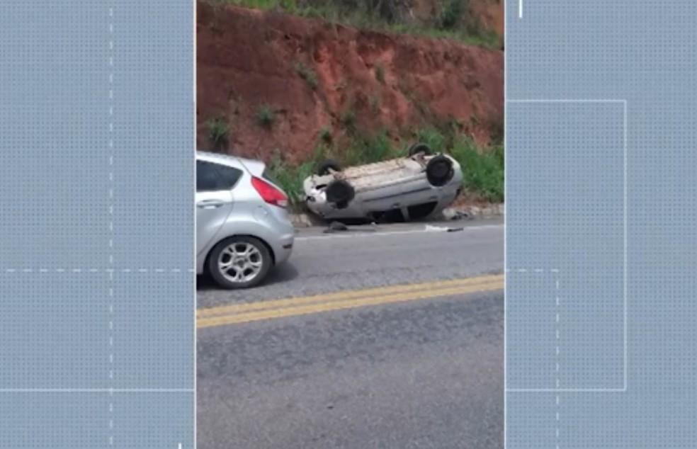 Taxista parou em rodovia para ajudar vítimas de capotamento e teve veículo roubado pelo grupo na Bahia — Foto: Reprodução/TV Santa Cruz