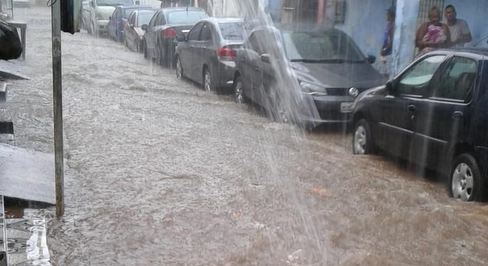 Um outro ponto da capital baiana que também ficou alagado foi o IAPI, na Rua Antônio Balbino, localidade conhecida como Brongo — Foto: Arquivo Pessoal
