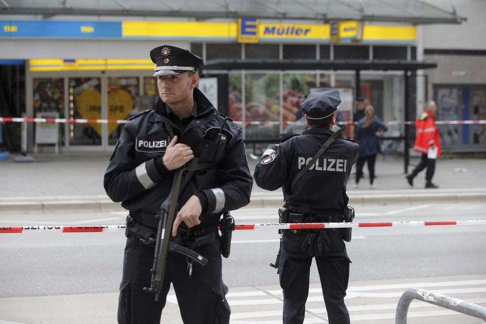 Polícia isola área ao redor de supermercado em Hamburg, na Alemanha (Foto: Markus Scholz/dpa via AP)