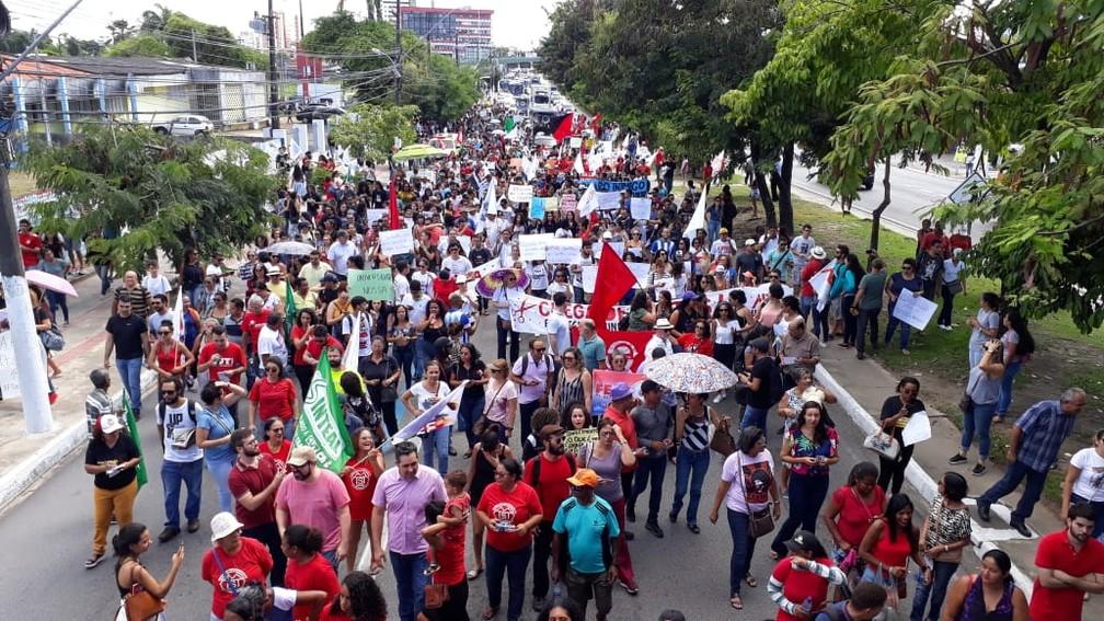 Manifestantes bloquearam a Fernandes Lima em protesto contra bloqueio de verna da educação — Foto: Nildo Lopez/TV Gazeta