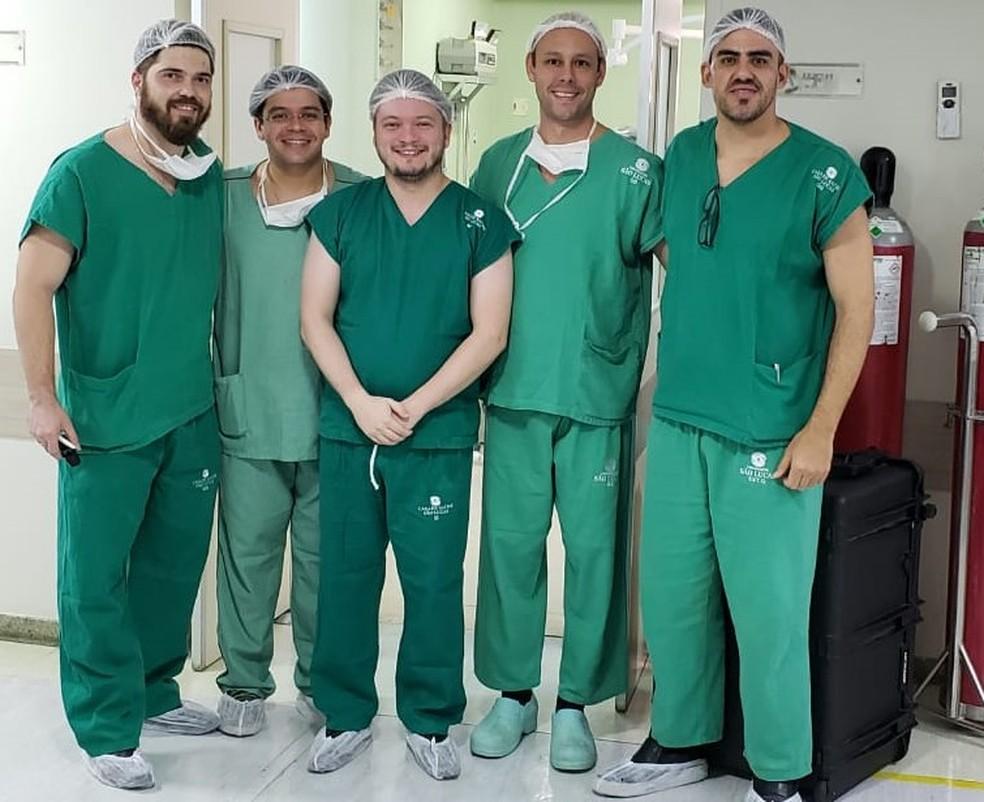 Equipe que realizou cirurgia no cérebro de paciente, enquanto ela fazia cálculos em Natal. — Foto: Divulgação