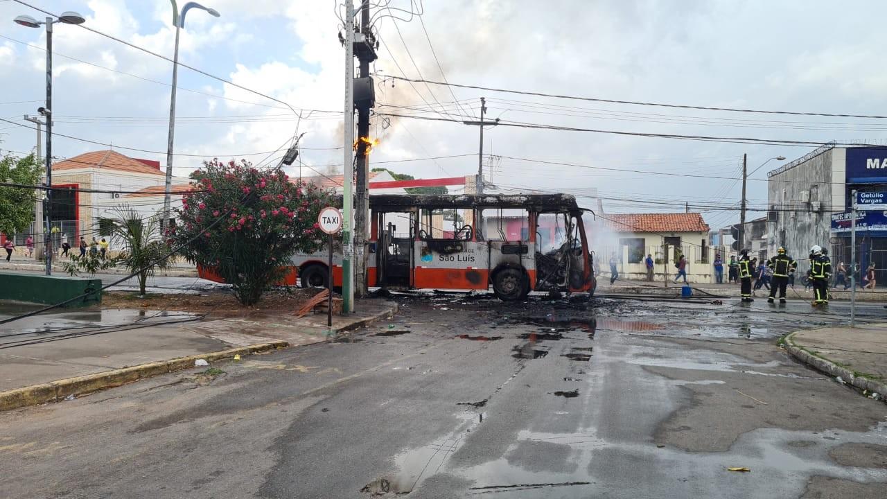 Ônibus é tomado por chamas na Avenida Getúlio Vargas em São Luís
