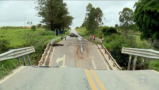 Chuva forte derruba ponte no sul de Minas Gerais
