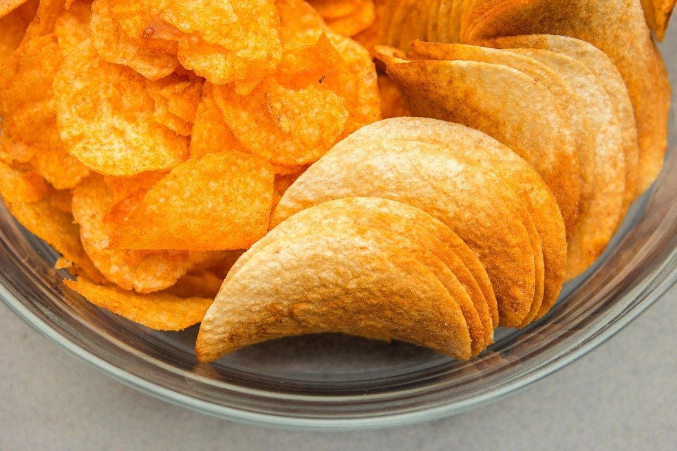 O aumento no consumo de industrializados ultraprocessados, como salgadinhos, aumenta a obesidade — Foto: Pixabay