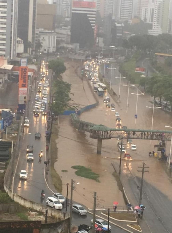 Chuva na Avenida ACM, em Salvador — Foto: Redes sociais