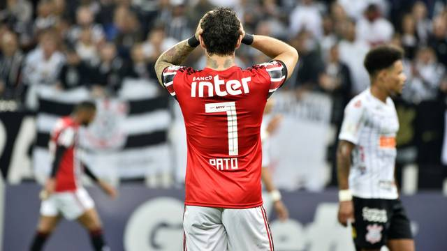 Pato teve atuação ruim contra o Corinthians