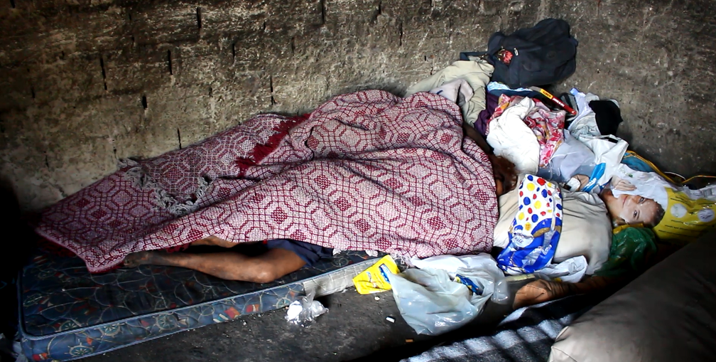 Casal usa drogas em 'acampamentos' em Sorocaba (Foto: Carlos Dias/G1)
