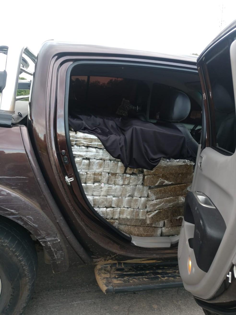 Droga estava em cima dos bancos e dentro da caçamba da caminhonete — Foto: Divulgação/PRF