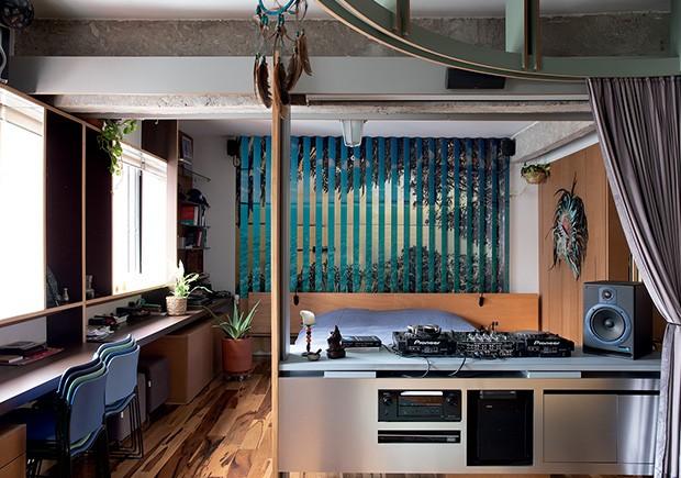 Living: O painel sobre a cama muda de acordo com a visão: do lado direito, mostra um pôr do sol. Do esquerdo, águas turquesa. Em primeiro plano, a mesa de som  (Foto: André Klotz)