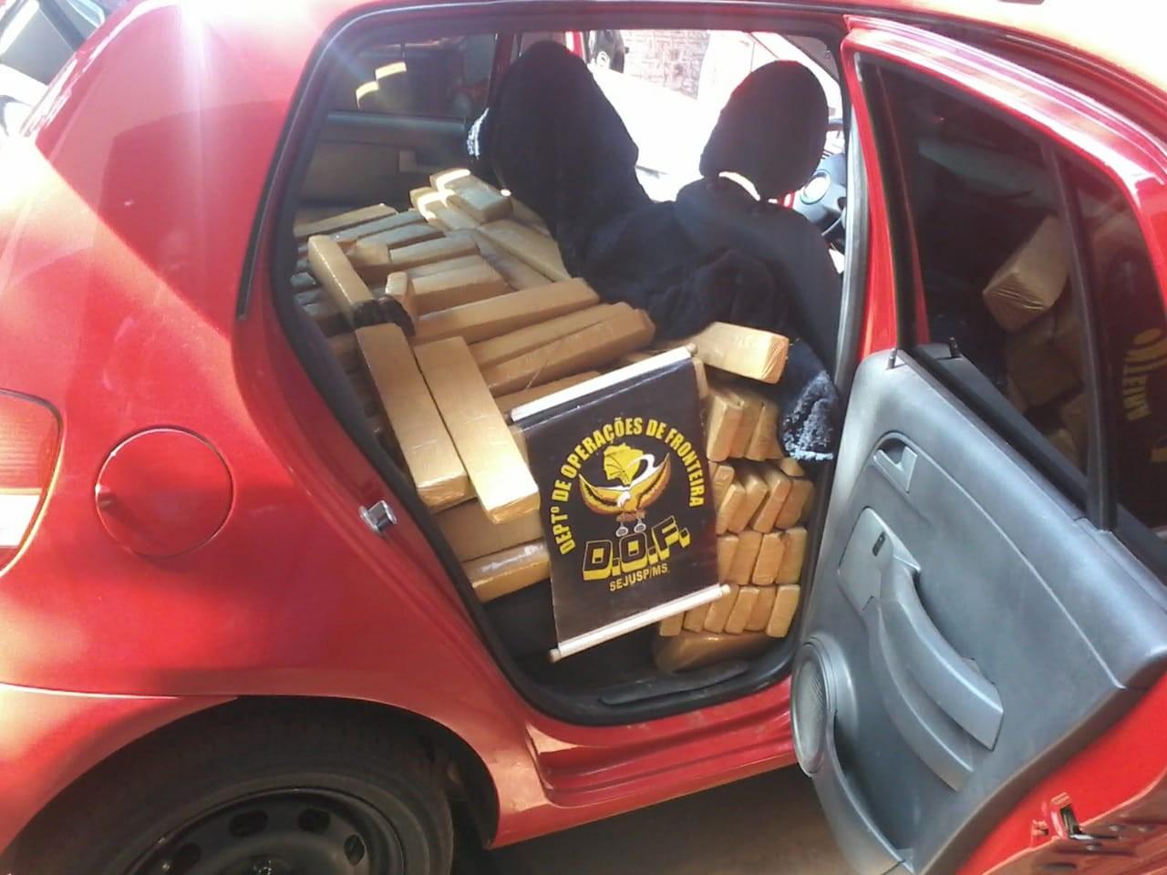 Após fuga em alta velocidade, polícia de MS apreende 551kg de droga em carro com placas de SP