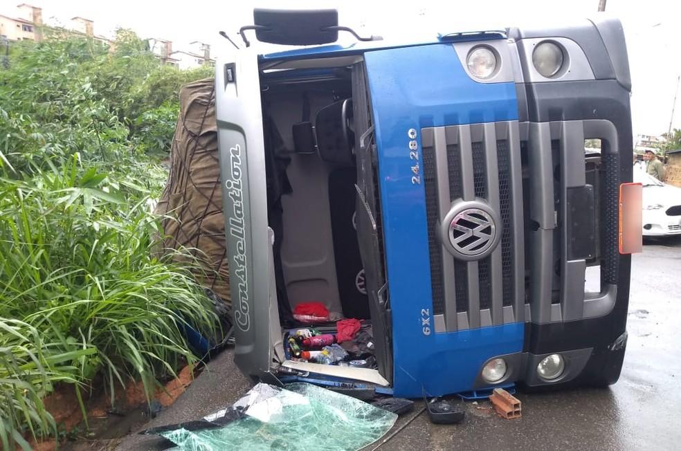 Caminhão transportava carga de gesso — Foto: Cid Vaz/TV Bahia