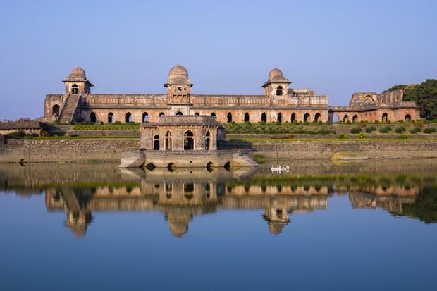 Jahaz Mahal , Ship Palace and blue water lake in sunrise. Mandu, Madhya Pradesh, India (Foto: Getty Images/iStockphoto)