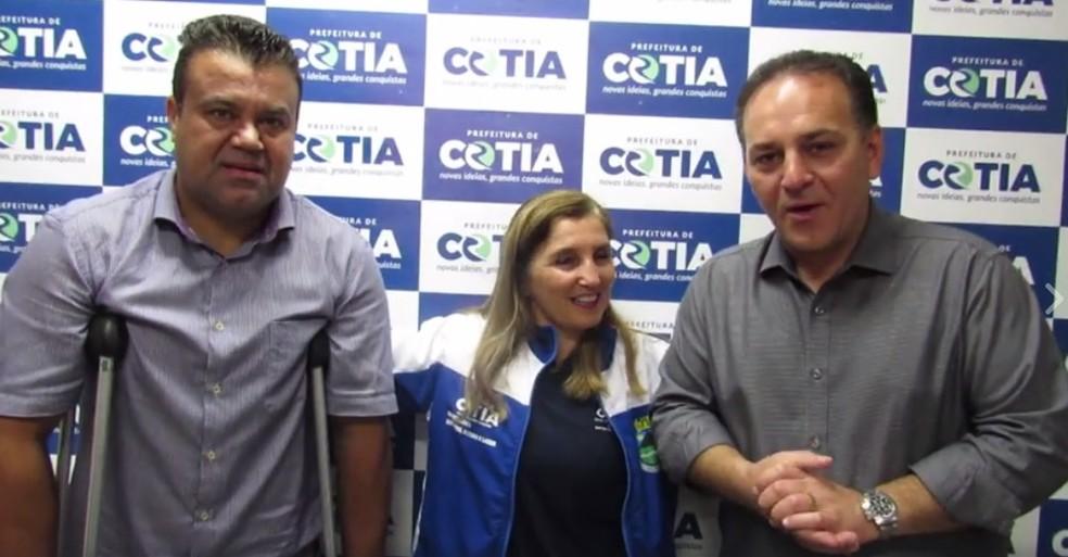 Em vídeo, prefeito de Cotia, Rogério Franco (à direita), assume compromisso de patrocinar equipe (Foto: Reprodução/Facebook)