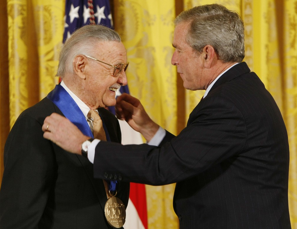 Stan Lee recebe medalha do presidente dos EUA, George W. Bush, em 2008 — Foto: AP Photo/Gerald Herbert