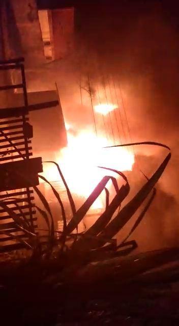 Incêndio destrói casa em Taboas, distrito de Rio das Flores - Notícias - Plantão Diário