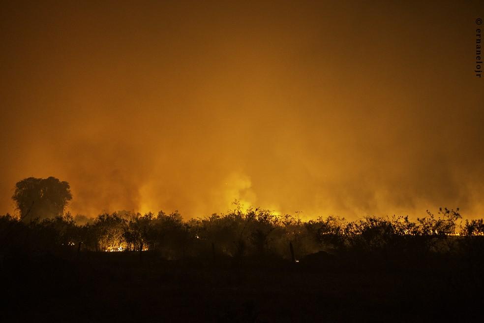 Fogo é registrado por fotógrafo no quilômetro 40 da transpantaneira — Foto: Ernane Junior