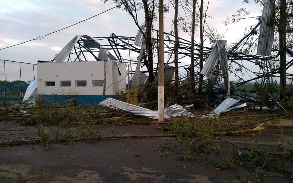 Chuva destrói estrutura de quadra no Cidade Jardim, em Pouso Alegre (Foto: Alessandro Silva / Vc no G1)