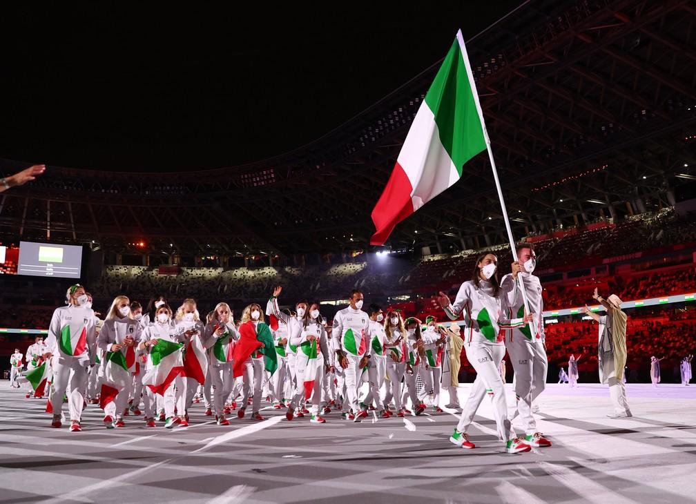 Jessica Rossi e Elia Viviani lideram parte da delegação da Itália durante a cerimônia de abertura dos Jogos Olímpicos de Tóquio, no Japão — Foto: Kai Pfaffenbach/Reuters