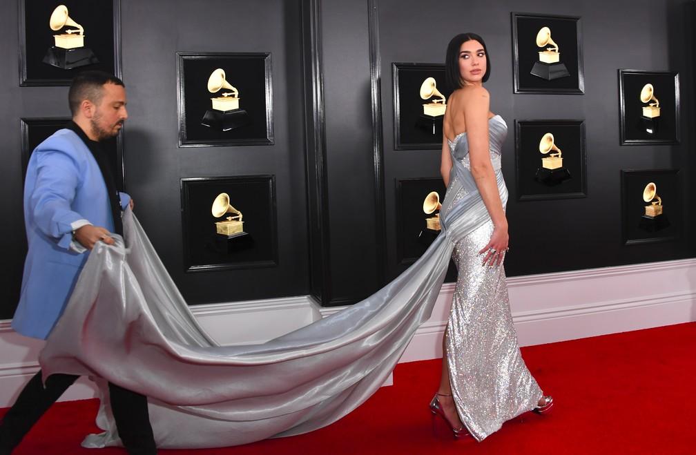 A cantora Dua Lipa chega ao Grammy 2019, em Los Angeles — Foto: VALERIE MACON / AFP
