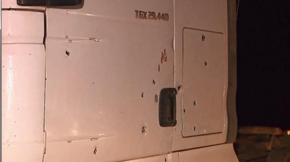 Caminhão que seria apreendido ficou repleto de marcas de tiros (Foto: Reprodução/RPC)