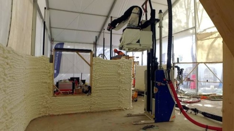 A impressora é usada para imprimir blocos do chão até o topo para formar as paredes (Foto: BBC)