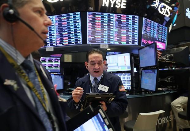 Operadores observam as telas na Bolsa de Nova York (NYSE) no dia 5 de fevereiro de 2018, dia da maior queda em número de pontos da história da bolsa (Foto: Spencer Platt/Getty Images)