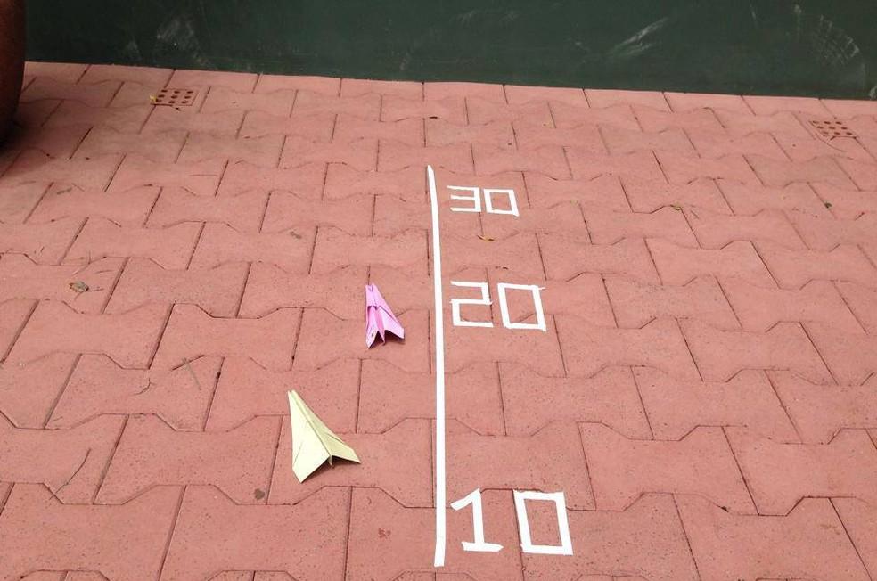 Brincadeira da corrida de aviões de papel — Foto: tempojunto.com