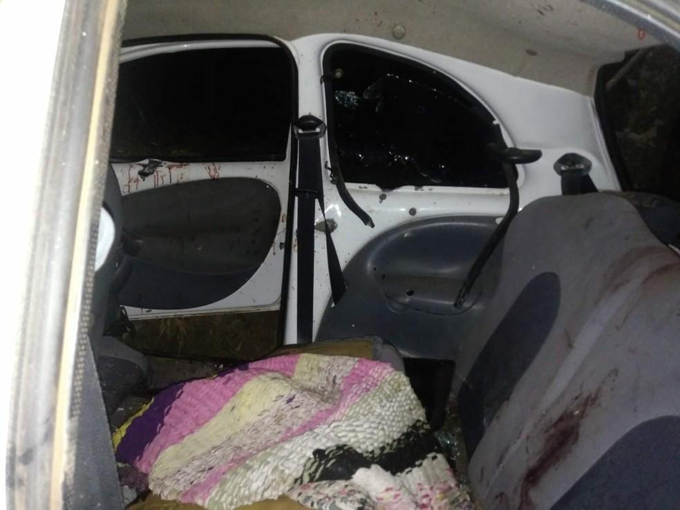 No carro onde estavam os irmãos, havia coldres de revólveres e facões (Foto: Divulgação/PM)
