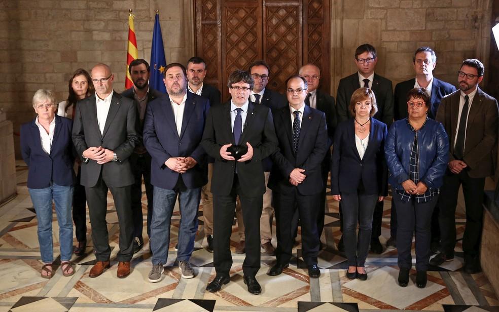 O presidente da Catalunha, Carles Puigdemont, durante pronunciamento após o final do referendo de domingo (1º)  (Foto: Handout/Generalitat de Catalunya/AFP)